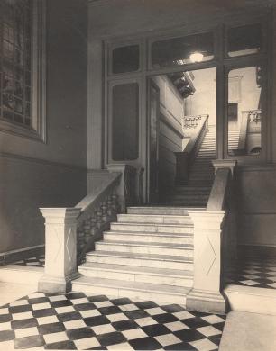 Escalera de la entrada principal. Mármol de carrara.( Archivo MCM) 1881